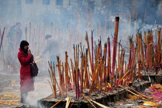 Los ciudadanos queman inciensos para ponerse en contacto con el Dios de la Riqueza.
