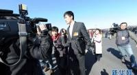 """<p>Aunque pueda parecer extraño, hay numerosos actores, deportistas y otras celebridades chinas que son delegados de la Asamblea Popular Nacional o la Conferencia Consultiva, que se reúnen estos días para protagonizar el evento político del año (conocido como <em>lianghui</em>). Entre ellos están el actor de ópera de Pekín Li Shiji (李世济), el presentador de televisión <a href=""""http://en.wikipedia.org/wiki/Cui_Yongyuan"""">Cui Yongyuan</a>, el actor <a href=""""http://en.wikipedia.org/wiki/Chen_Daoming"""">Chen Daoming</a> o la cantante tibetana Han Hong (韩红). Todos ellos despertaron una gran expectación en su llegada al Gran Salón del Pueblo de Pekín, sumándose así a un evento que centra la atención mediática durante estos días pero que muchas veces parece más bien un escáparate de relaciones públicas que una reunión política con contenidos.</p>"""