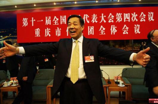 Bo Xilai recibe con los brazos abiertos a los periodistas en rueda de prensa