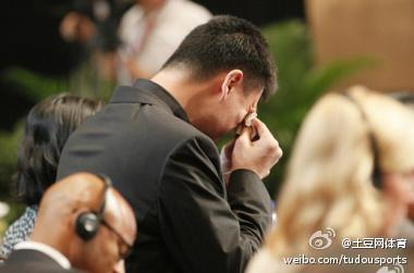 Una de las imágenes compartidas, prácticamente en directo, en Sina Weibo. En ella, Yao Ming llora tras anunciar su retirada.