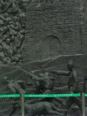 Detalle del gran relieve en el interior del Museo de la invasión japonesa.