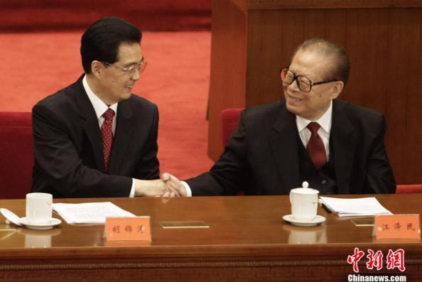 Jiang Zemin junto a Hu Jintao, la imagen más repetida durante el día de hoy en la mayoría de portales de Internet.