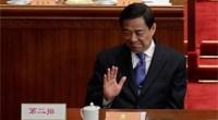 """<p>Junto con el resto de la delegación de Chonqging, Bo Xilai (uno de los dirigentes chinos más poderosos, polémicos y mediáticos del país) se encuentra estos días en Pekín participando de la Asamblea Popular Nacional. En esta ocasión, sin embargo, el comportamiento de Bo Xilai parece haber cambiado: aunque en el viaje de avión hasta la capital china hicieron la tradicional partida de tarta e incluso bebieron <em>champagne</em>, este año no se entonaron canciones comunistas.</p> <p>Esta anécdota, contada (y publicada) en los círculos periodísticos chinos, muestra el cambio que ha vivido el secretario general de Chongqing durante el último año. Si <a href=""""http://www.zaichina.net/2011/03/08/bo-xilai-se-vende-en-pekin-con-canciones-comunistas/ """">en 2011</a> buscaba a los periodistas, defendía con entusiasmo la herencia maoísta y no dudaba en mostrarse como un político diferente, durante estos días se le está viendo en Pekín rehuyendo a la prensa, centrándose en cuestiones económicas y elogiando sin cesar el liderazgo de las autoridades centrales. <strong>Por Daniel Méndez</strong>. </p>"""