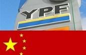 """<p>Como si fueran pocos los problemas internos que confronta España, Repsol (la segunda empresa más grande de la península ibérica) está empezando a perder su mejor negocio, YPF, que en el último año le aportó más de la mitad de sus ganancias. En lo que un analista afecto a las teorías conspirativas podría calificar como un maquiavélico plan pergeñado entre el gobierno de Argentina y la China National Oil Offshore Corporation <a href=""""http://en.wikipedia.org/wiki/China_National_Offshore_Oil_Corporation """">(Cnooc)</a>, la provincias petroleras argentinas le han quitado a Repsol el 30% de las concesiones por no haber realizado inversiones necesarias para mantener la producción nacional de hidrocarburos. También se puede ver el lado positivo: políticos de la oposición española y la misma Unión Europea se han unido para defender sus intereses comerciales más allá de sus fronteras y advierten duramente a la Argentina. Sin embargo, un país jaqueado y un continente en decadencia tendrán que dar dura batalla para contrarrestar la teoría de la evolución. <strong>Por Yuri Doudchitzky</strong>. </p>"""