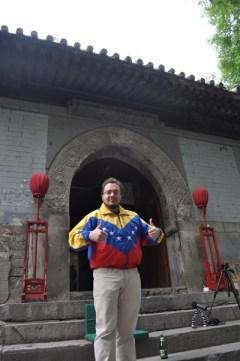 """Antonio Broto, en el centro de Pekín. Su chaqueta es un pequeño homenaje al segundo clasificado en los premios BOBs, el venezolano """"El Chigüire Bipolar""""."""