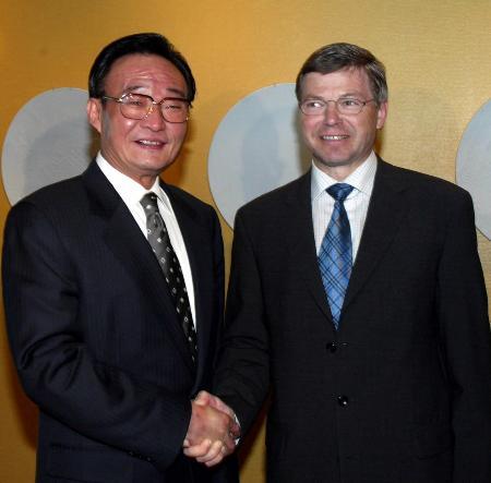 En junio de 2004, Wu Bangguo, número dos en la jerarquía del Partido Comunista de China, se encontró con Kjell Magne Bondevik en Oslo.