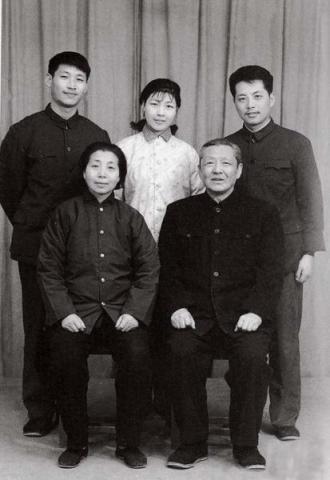 Foto de familia de 1975 publicada por Blog Weekly. Arriba a la izquierda está Xi Jinping, junto a él dos de sus hermanos.
