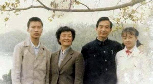 Wen Jiabao con su mujer y sus dos hijos, en una foto de los años 80 publicada por The New York Times.