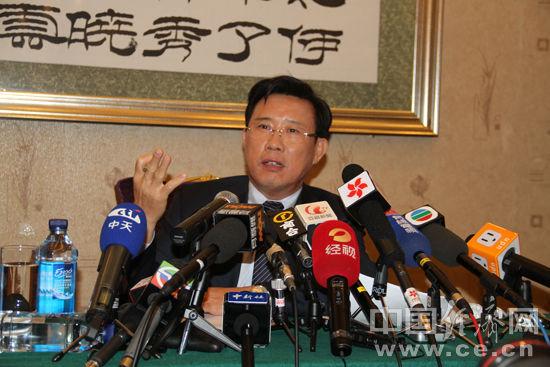 Liang Wengen, delegado del XVIII Congreso, responde a las preguntas de los periodistas.