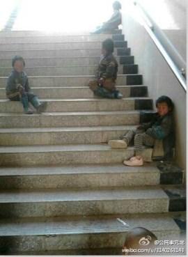 Un día antes de su muerte, varios de los niños se encuentran en un túnel subterráneo de la localidad de Bijie, a unos 200 metros de donde fallecieron horas después. Imagen compartida en Sina Weibo.