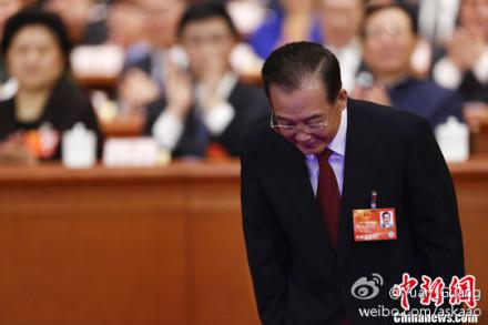 Nada más entrar al Gran Salón del Pueblo y antes de comenzar su discurso, el primer ministro chino hizo tres reverencias frente a la miembros de la Asamblea Popular Nacional.