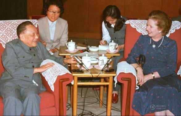 Deng Xiaoping se reúne con Margaret Thatcher el 24 de septiembre de 1982 para comenzar a negociar la vuelta de Hong-Kong a la China continental.