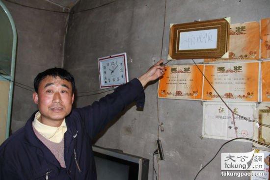 Al taxista le gustó tanto la caligrafía de Xi Jinping, que le hizo una fotocopia ampliada, la enmarcó y la puso en el salón de su casa.