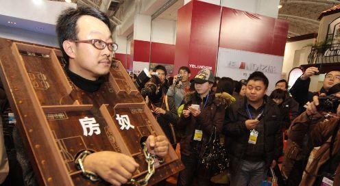 Un ciudadano chino muestra de esta forma su esclavitud ante la vivienda.