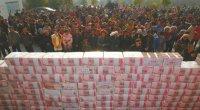 """La semana pasada, los habitantes de un pueblo de la provincia de Sichuan levantaron una enorme montaña de 13 millones de yuanes. Se le conoce ya como """"la aldea de los nuevos ricos""""."""