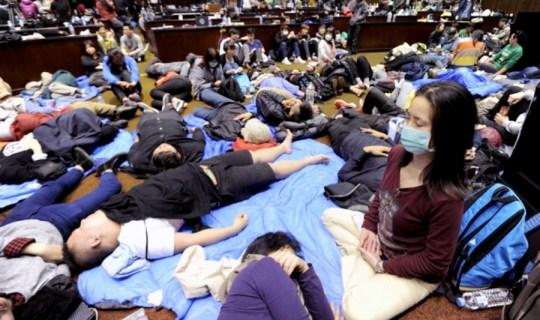 Algunos de los manifestantes consiguieron pasar la noche en el parlamento.