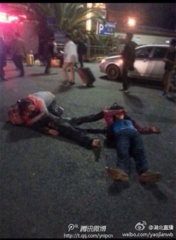 Algunas de las víctimas a las puertas de la estación de Kunming. Como otras muchas imágenes, compartida en Sina Weibo.