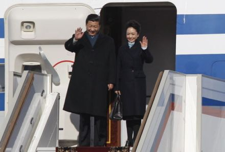 Peng Liyuan aterriza en el aeropuerto de Moscú junto a su marido, en la primera visita oficial de Xi Jinping al extranjero.