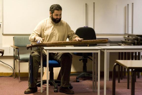 Rafael Caro Repetto, tocando el guqin, uno de los instrumentos chinos que ha estudiado durante los últimos años.