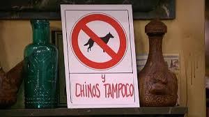 Este cartel apareció en la serie de televisión Aída y causó malestar entre la comunidad china.