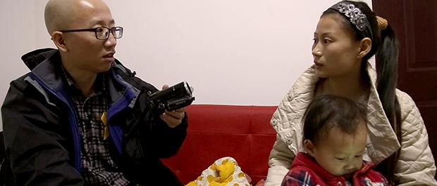 El activista Hu Jia ayuda a otros afectados por la represión del gobierno a defender sus derechos.