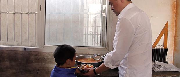 El activista y emprendedor social Deng Fei ofrece comida a los niños chinos mas necesitados