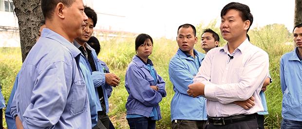Zhang Zhiru aconseja a los obreros del sur de China sobre la mejor forma de organizarse y defender sus derechos laborales.