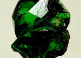 ツァボライト(緑色の灰礬柘榴石/はいばんざくろいし)Tsavoliteの特徴・意味と効果