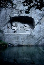 lion mur pierre eau
