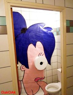 futurama-street-art-leela-toilettes wc