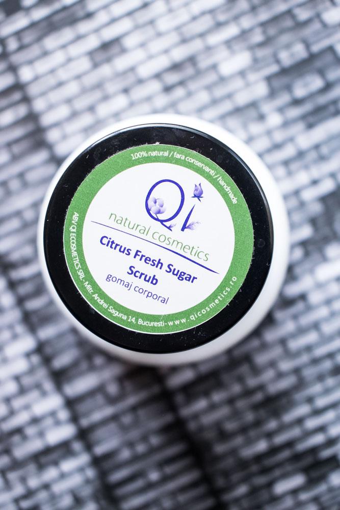 Gomaj corporal de la Qi Cosmetics