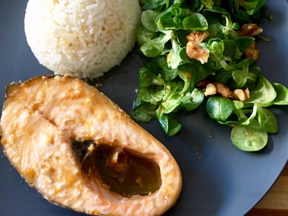 Salmón, arroz y ensalada