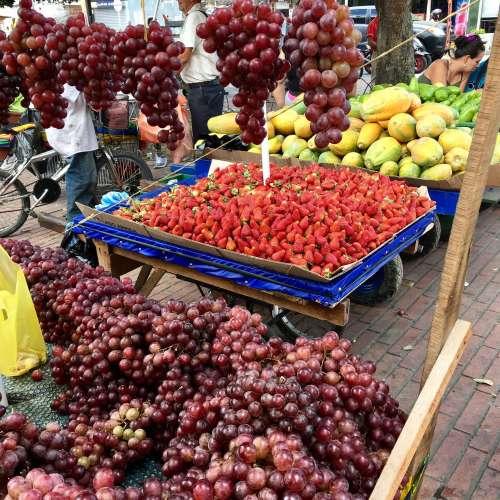 Uvas y fresas