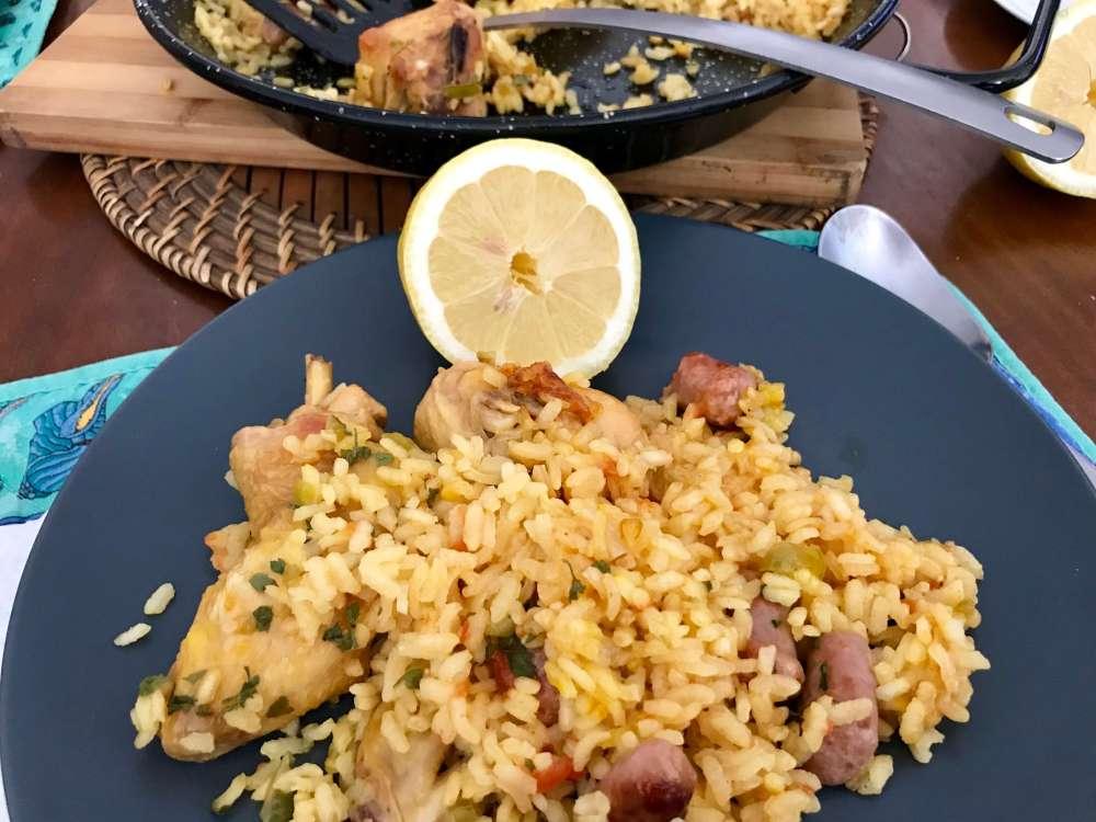 Arroz con salchichas y pollo de corral