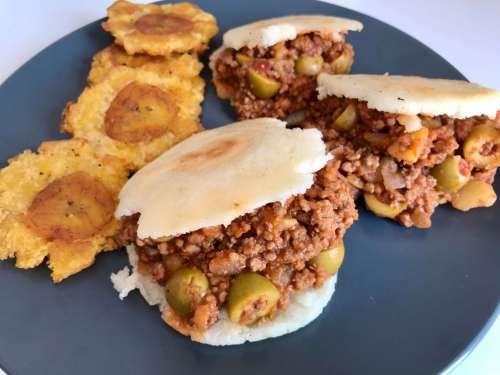 Receta de arepas venezolanas rellenas de picadillo latino