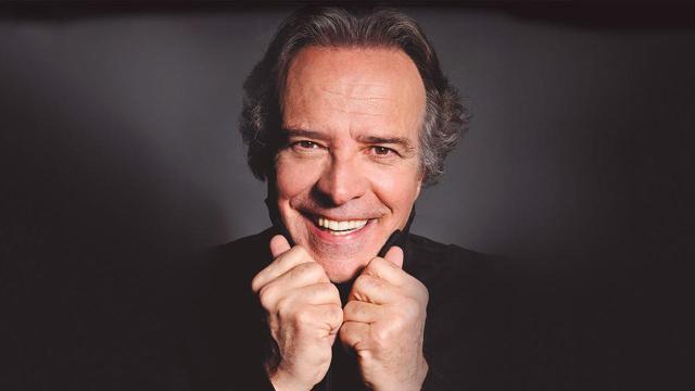 Questa sera, venerdì 21 agosto, la televisione pubblica propone un viaggio nella commedia italiana insieme a Enrico Montesano.