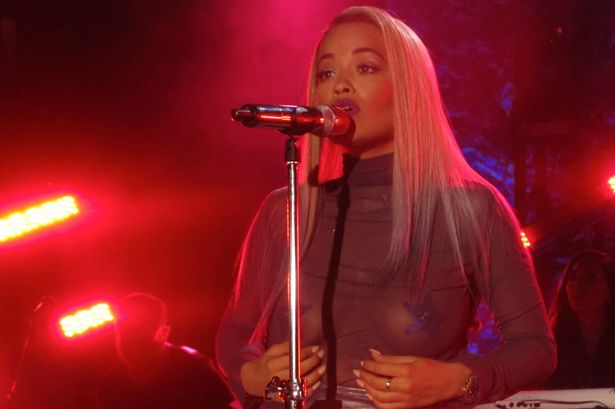 Rita Ora Los Angeles topless cantando