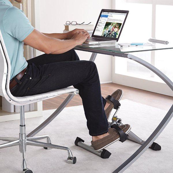 Una pedaliera sotto la scrivania per ridurre i rischi della sedentarietà
