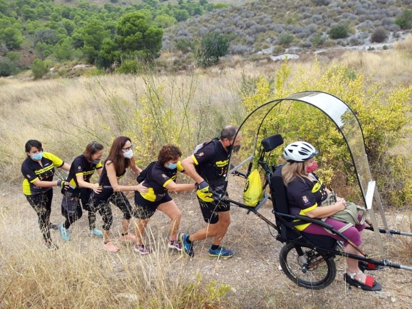 Grupo ayudando con la silla Julliete