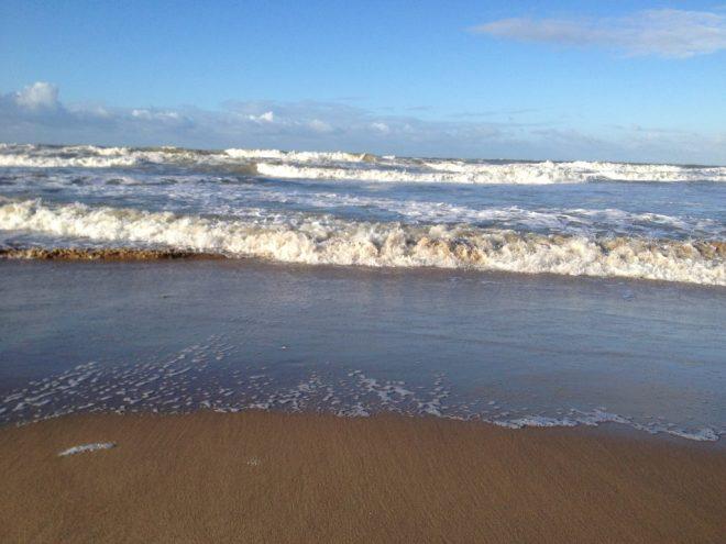 Zee strand in Koksijde hoog tij springtij vloed foto Steven Stroeykens