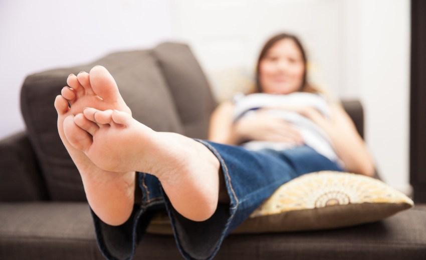 Por qué podría ser peligroso dormir boca arriba durante el embarazo
