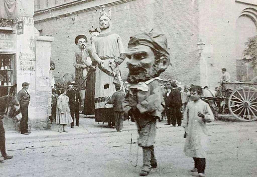 Gigantes y Cabezudos - Foto de Agustín Muñoz - Gran Archivo Zaragoza Antigua - El Robaculeros junto a La Lonja en 1901