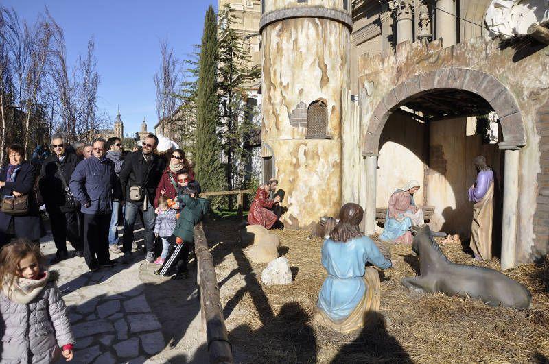 Muestra de Navidad en la Plaza del Pilar - Foto de Red Aragón - Visitanes disfrutando del Belén gigante, eje central de la Muestra de Navidad en Zaragoza
