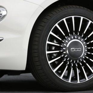 Conducir un Fiat 500 - Puedes conseguir uno totalmente gratis durante un año gracias al 30 aniversario del Carné Joven Europeo en Aragón