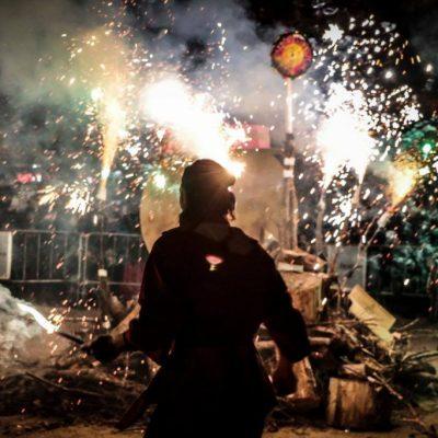 Hogueras de San Antón -Foto de Isabel Aparicio - Momento del encendido de la hoguera del barrio Arrabal de Zaragoza