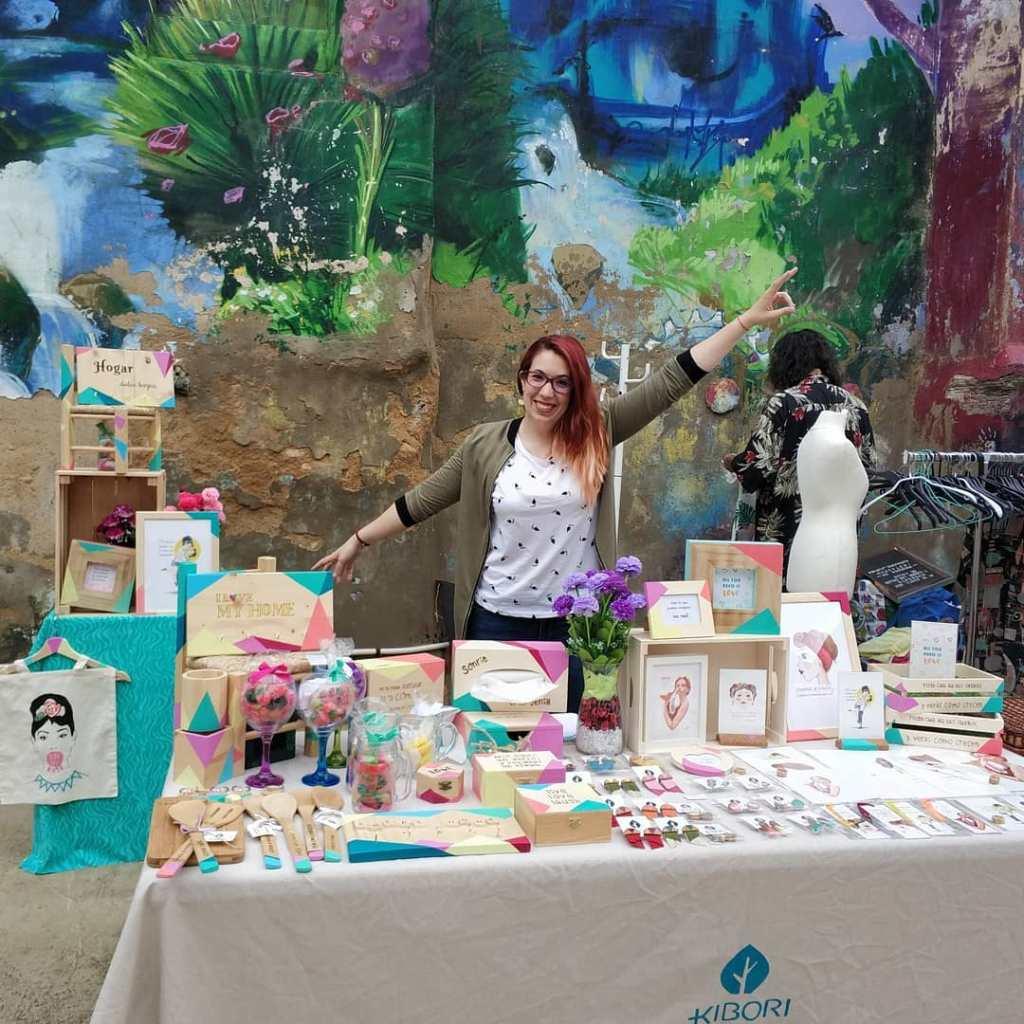 Kibori Design - Silvia Mollat al frente del puesto de Kibori Design en el mercado de Las Armas de Zaragoza con sus regalos personalizados y sus kiborinekos