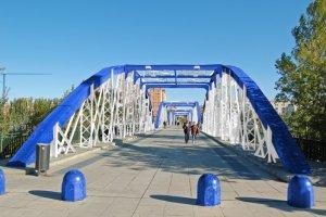Puente de hierro en color azul y blanco