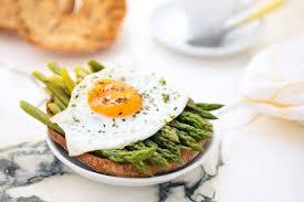 وجبة الإفطار هي الأهم بين الوجبات ، ما هو الطعام  المثالي بها و ما يجب عليي أن أتجنب