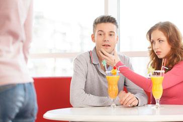لماذا ينظر زوجك إلى غيرك من النساء حتى و أنتي موجودة ، و ما حل هذه المشكلة ؟