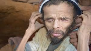 العثور على أحد الأشخاص في دولة عربية  يسكن الكهوف منذ عشرات السنين ، يتغذى على الحشرات و يبلغ من الوزن 10 كيلو غرام